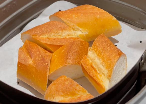 Đạo diễn Namcito nấu bò sốt vang, chấm bánh mì thơm ngon khó cưỡng - Ảnh 4.