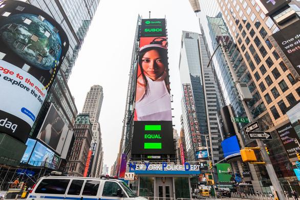 Suboi xuất hiện ở Times Square lần 2, Kim Duyên dự thi Hoa hậu hoàn vũ 2021 - Ảnh 2.