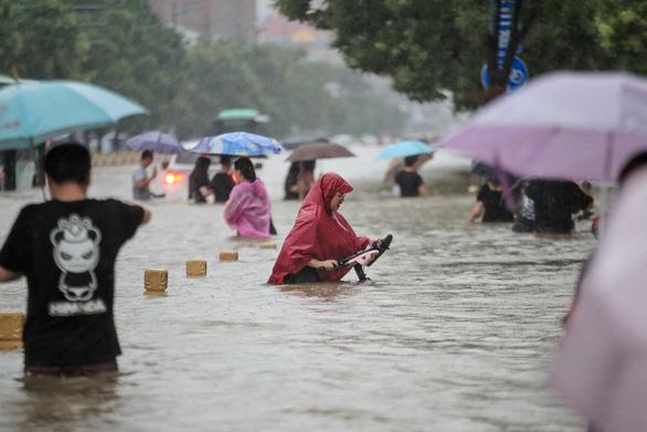12 người chết khi tàu điện ngầm ngập trong trận mưa ngàn năm có một ở Trung Quốc - Ảnh 2.