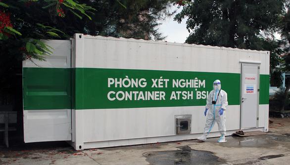 Bên trong phòng xét nghiệm container tìm virus SARS-CoV-2 - Ảnh 2.