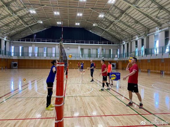 Người hâm mộ Trung Quốc tức giận vì tuyển bóng chuyền phải tập ở sân không có máy lạnh - Ảnh 1.