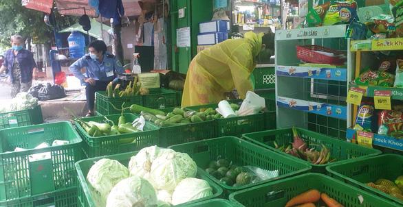 Dân đội mưa đi siêu thị, nhiều mặt hàng tươi sống đã đỡ thiếu hụt, giá cả dần hạ nhiệt - Ảnh 3.