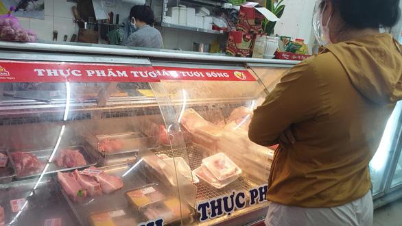 Dân đội mưa đi siêu thị, nhiều mặt hàng tươi sống đã đỡ thiếu hụt, giá cả dần hạ nhiệt - Ảnh 2.
