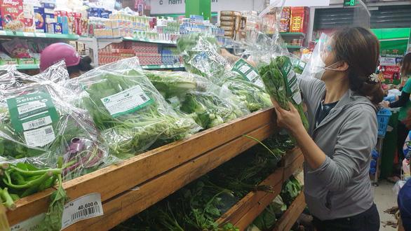 Dân đội mưa đi siêu thị, nhiều mặt hàng tươi sống đã đỡ thiếu hụt, giá cả dần hạ nhiệt - Ảnh 1.