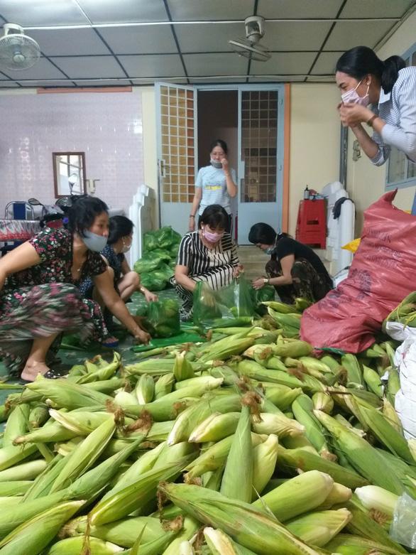 Hội phụ nữ Sóc Trăng ra tay trực tiếp giải cứu nông sản - Ảnh 1.