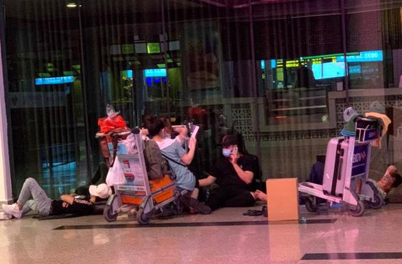 Nhiều hành khách 'bám trụ' ở Tân Sơn Nhất vì Hà Nội thiếu chỗ cách ly - Ảnh 1.