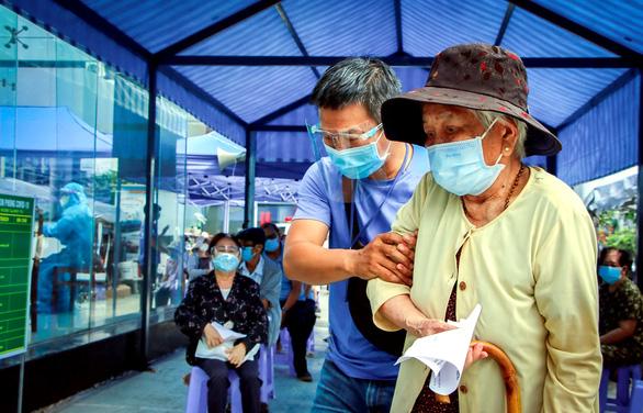 TP.HCM tiêm vắc xin đợt 5: Ưu tiên người cao tuổi, người nghèo - Ảnh 3.
