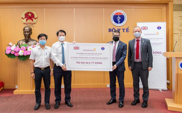 AstraZeneca Việt Nam tặng thuốc trị giá 62,6 tỉ đồng cho Bộ Y tế - Ảnh 1.