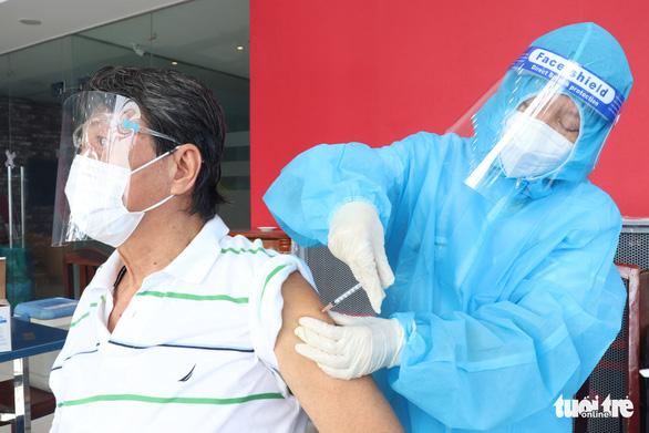 HỎI - ĐÁP về dịch COVID-19: Vì sao nhiều người trên 65 tuổi, mắc bệnh nền chưa được tiêm vắc xin? - Ảnh 1.