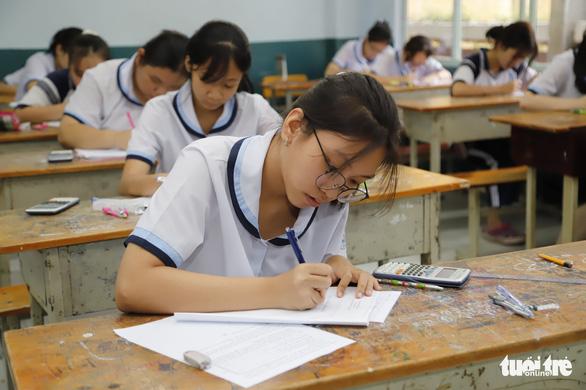 Tuyển sinh lớp 10 tại TP.HCM: Học sinh chọn thi hay xét tuyển? - Ảnh 1.