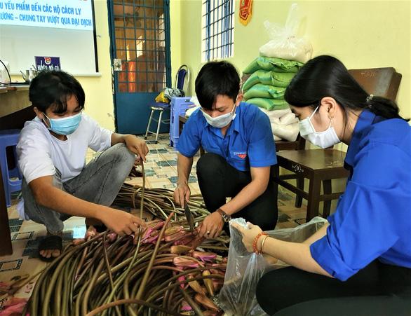 Thanh niên đi chợ giúp người dân cách ly giữa mùa dịch bệnh - Ảnh 1.