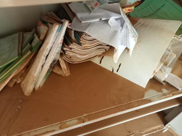 Trường học ở Si Ma Cai ngập sâu 4-5 mét sau mưa lớn, nhiều máy tính, sách vở hư hỏng - Ảnh 3.