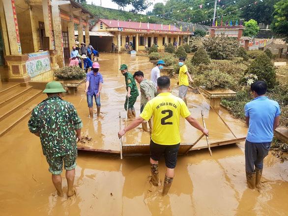 Trường học ở Si Ma Cai ngập sâu 4-5 mét sau mưa lớn, nhiều máy tính, sách vở hư hỏng - Ảnh 6.