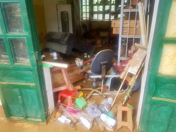 Trường học ở Si Ma Cai ngập sâu 4-5 mét sau mưa lớn, nhiều máy tính, sách vở hư hỏng - Ảnh 2.