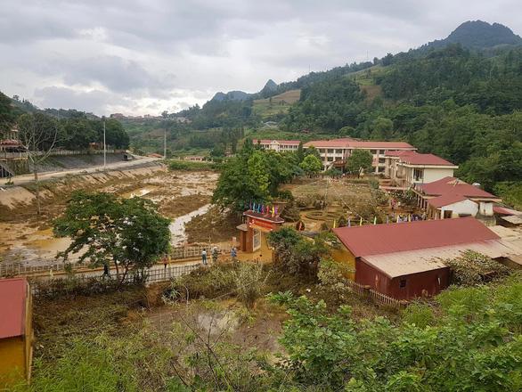 Trường học ở Si Ma Cai ngập sâu 4-5 mét sau mưa lớn, nhiều máy tính, sách vở hư hỏng - Ảnh 1.