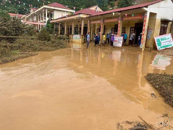 Trường học ở Si Ma Cai ngập sâu 4-5 mét sau mưa lớn, nhiều máy tính, sách vở hư hỏng - Ảnh 4.