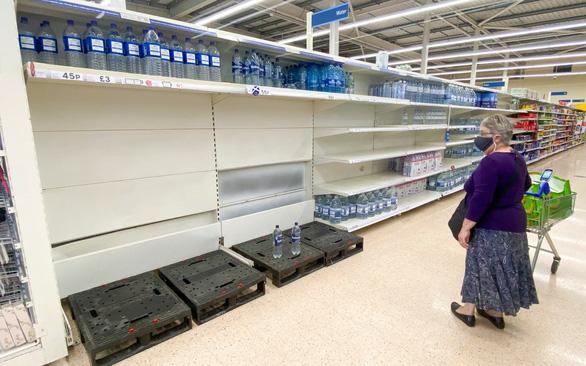Anh không cách ly nhân viên siêu thị để giữ vững chuỗi cung ứng - Ảnh 1.