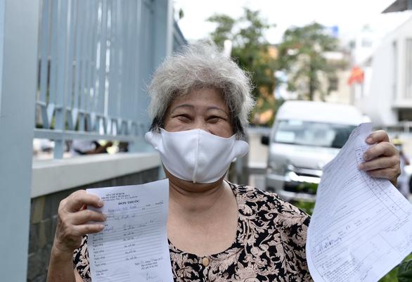 Người nghèo ở TP.HCM vui như tết vì được tiêm vắc xin - Ảnh 1.