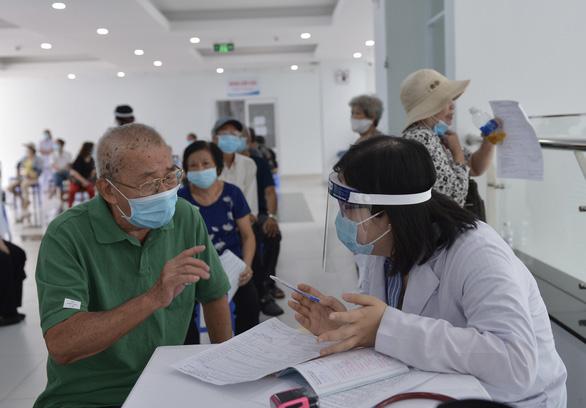 Người nghèo ở TP.HCM vui như tết vì được tiêm vắc xin - Ảnh 7.
