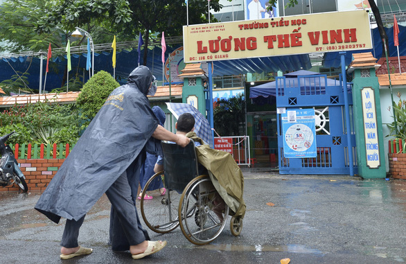 Người nghèo ở TP.HCM vui như tết vì được tiêm vắc xin - Ảnh 4.