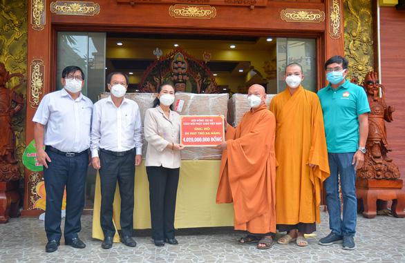 Giáo hội Phật giáo Việt Nam tặng 10 máy thở đa năng cho TP.HCM, Bình Dương và Long An - Ảnh 1.