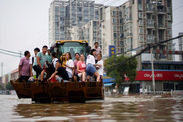 Mưa lũ khiến 56 người chết và thiệt hại 10 tỉ USD, Trung Quốc lại sắp hứng bão - Ảnh 2.