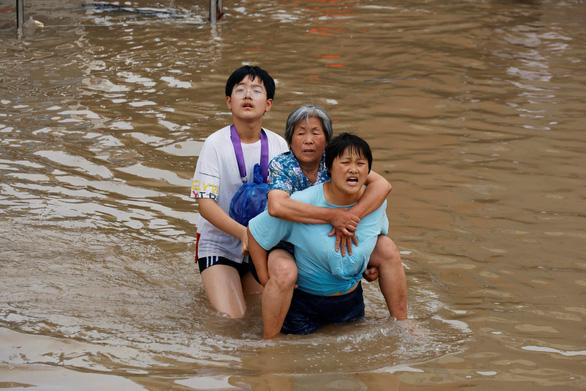Mưa lũ khiến 56 người chết và thiệt hại 10 tỉ USD, Trung Quốc lại sắp hứng bão - Ảnh 1.