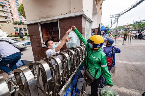 Hà Nội tạm dừng shipper giao hàng, chở khách bằng xe máy, xe công nghệ - Ảnh 1.
