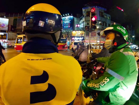 Shipper xe công nghệ ở Hà Nội chịu khó dừng lại 15 ngày, hàng thiết yếu sẽ đi đường nào? - Ảnh 1.