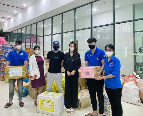 Nhận từ Hà Tĩnh gửi TP.HCM 100 tấn gạo, Thủy Tiên và Công Vinh cầu cứu tình nguyện viên - Ảnh 2.