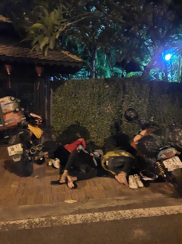 2 bạn trẻ làm thuê đi bộ từ Thủ Đức về Huế, đến Đồng Nai bị chặn lại và... tặng vé tàu - Ảnh 2.