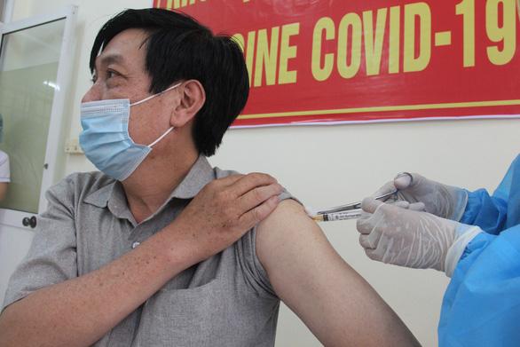 Nhiều người Đà Nẵng không được mời vẫn đến nơi tiêm vắc xin COVID-19 - Ảnh 1.