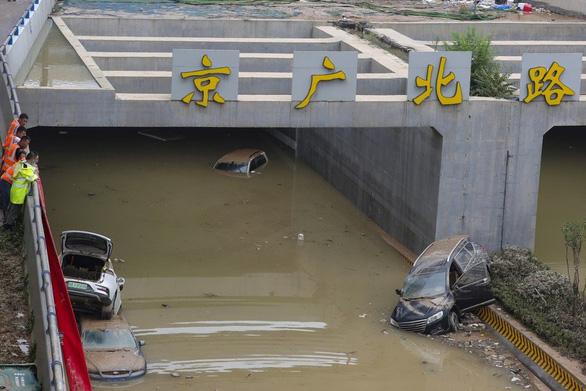 Lũ lụt Trung Quốc: hàng chục người không thoát khỏi đường hầm bị ngập - Ảnh 1.