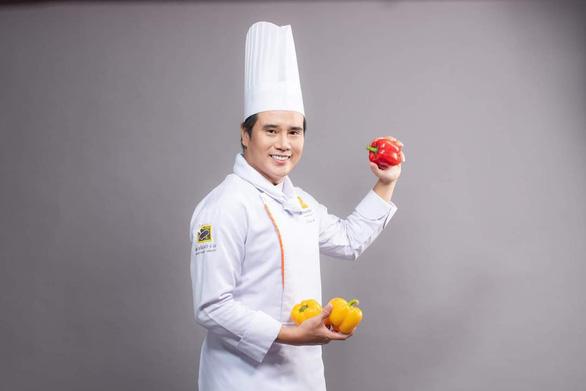 Bếp trưởng Tạ Đình Nhựt bày món dễ làm: Rau củ kho, cà ri rau củ, gà xào ớt chuông - Ảnh 2.