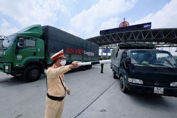Xe luồng xanh được đi qua Hà Nội trong thời gian giãn cách xã hội - Ảnh 1.