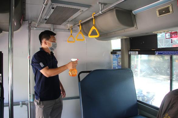TP.HCM dùng xe buýt Hợp tác xã Vận tải 19-5 để chuyển người bệnh COVID-19 - Ảnh 1.