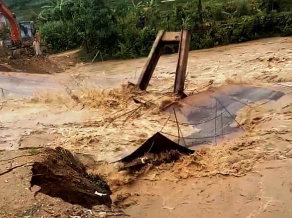 Cầu sắt bị trôi do mưa lũ, 750 người dân ở vùng cao Thanh Hóa bị cô lập - Ảnh 1.