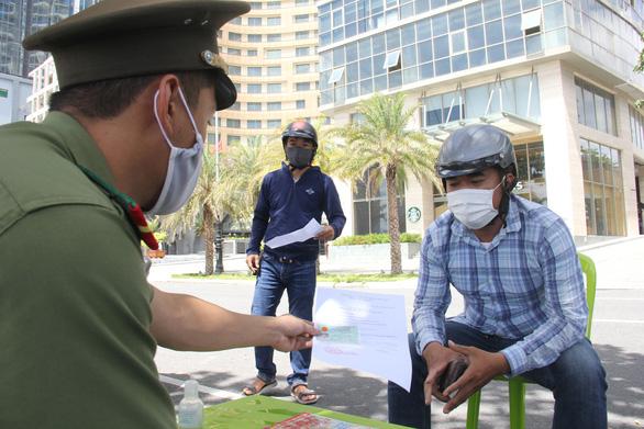 TP Đà Nẵng tăng cường 300 công an kiểm tra người ra đường không lý do chính đáng - Ảnh 3.
