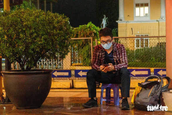 Giữa đêm nghe tin Hà Nội áp dụng chỉ thị 16, nhiều người vội vàng ra, vào thủ đô - Ảnh 2.