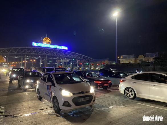 Giữa đêm nghe tin Hà Nội áp dụng chỉ thị 16, nhiều người vội vàng ra, vào thủ đô - Ảnh 3.