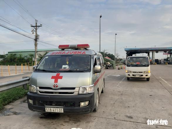 Gia đình 3 người từ TP.HCM đi chui xe cứu thương trốn chốt kiểm dịch COVID-19 - Ảnh 2.