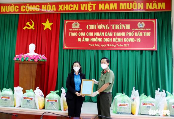 Công an An Giang tặng gần 1.000 suất quà cho bà con nghèo TP Cần Thơ - Ảnh 1.