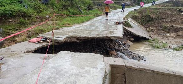 Cầu sắt bị trôi do mưa lũ, 750 người dân ở vùng cao Thanh Hóa bị cô lập - Ảnh 2.