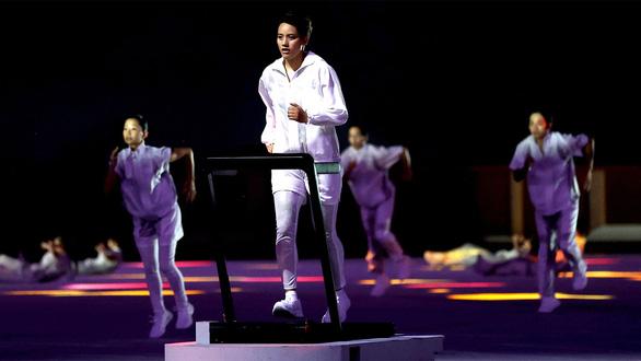 Lễ khai mạc Olympic Tokyo 2020: Ánh sáng từ cô võ sĩ y tá - Ảnh 1.