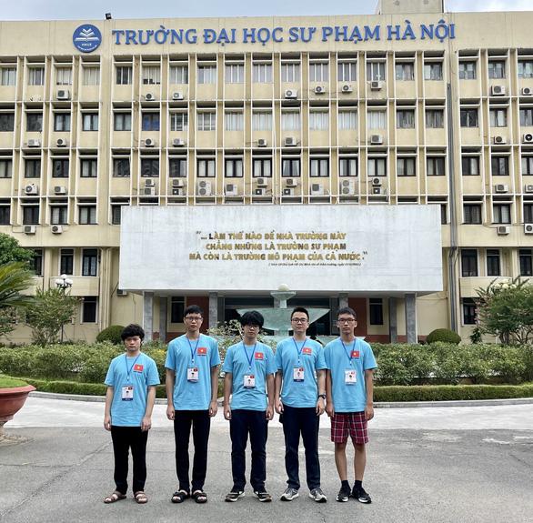 Học sinh Việt Nam dự Olympic vật lý quốc tế thắng lớn với 3 vàng, 2 bạc - Ảnh 1.