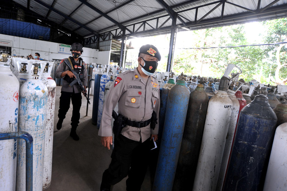 COVID-19 ở Đông Nam Á: Malaysia ghi nhận kỷ lục buồn, Indonesia giảm ca bệnh - Ảnh 1.