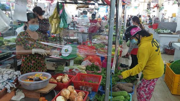 Vừa mở bán lại, chợ Bình Thới phải đóng cửa vì 9 ca COVID-19 - Ảnh 1.
