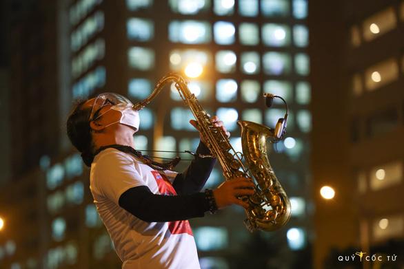 Trần Mạnh Tuấn... đeo khẩu trang thổi saxophone tại sân bệnh viện dã chiến - Ảnh 3.
