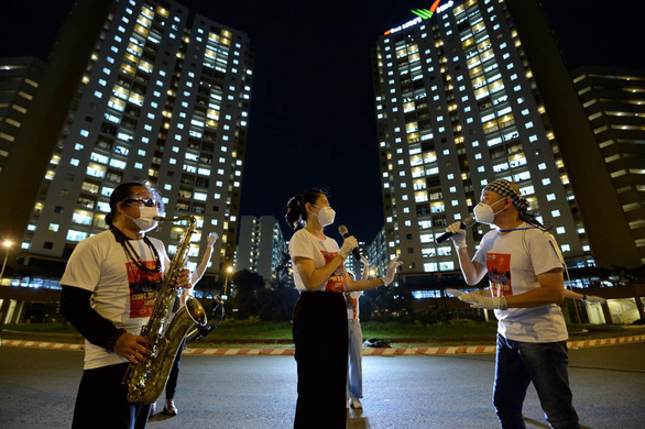 Trần Mạnh Tuấn... đeo khẩu trang thổi saxophone tại sân bệnh viện dã chiến - Ảnh 2.