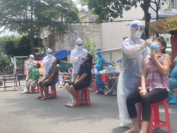 Y bác sĩ tình nguyện miền Trung kể được bà con Sài Gòn thương lắm - Ảnh 1.